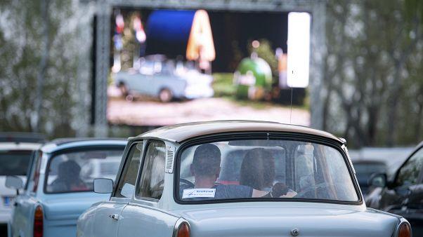 Trotz relativ geringer Infektionszahlen geht auch Dresden auf Nummer sicher: Auto-Kino in Corona-Zeiten.