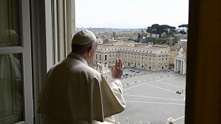 Franzikus blickt auf den leeren Petersplatz in Rom, Foto vom 13. April