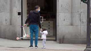 Mortes diárias baixam novamente em Espanha