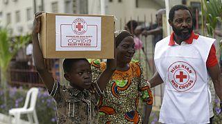 A nigériai vöröskereszt segélyt oszt Lagoszban a kijárási korlátozások alatt élőknek