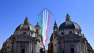 پرچم ایتالیا بر فراز آسمان رم در سالروز شکست فاشیسم