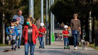 أطفال إسبانيا يخرجون إلى الهواء الطلق بعد ستة أسابيع من الحجر