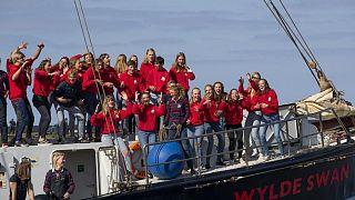 الطلاب الهولنديون فور وصولهم إلى ميناء هارلينخن