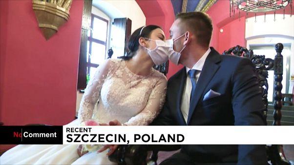 Maszkban csattant az esküvői csók