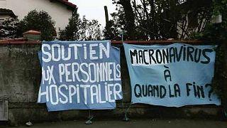 """Fransa'da """"Macronavirüs"""" yazılı pankart asan genç kadın dört saat gözaltında tutuldu"""