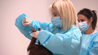 حلاقة فرنسية تقدم خدماتها مجانا للممرضات العاملات في أحد مستشفيات مارسيليا الفرنسية