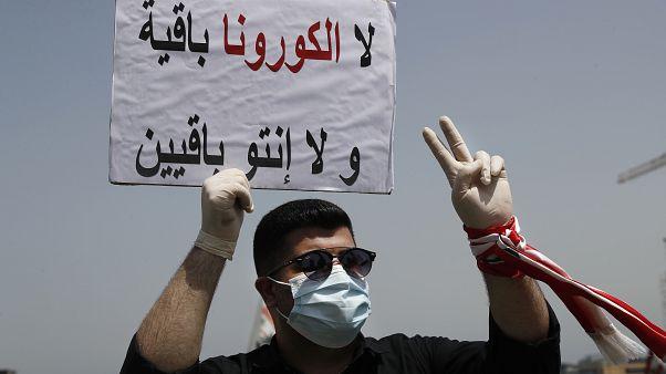 متظاهر لبناني في وسط بيروت في الثاني والعشرين من نيسان/أبريل الجاري