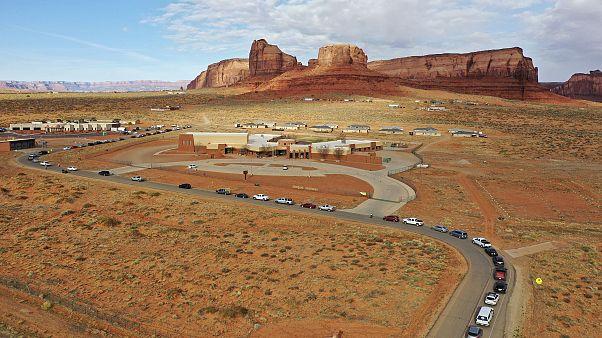 Des Navajos font la queue, au volant de leurs véhicules, pour accéder au centre de santé d'Oljato près de Monument Valley - entre l'Arizona et l'Utah -, le 17 avril 2020