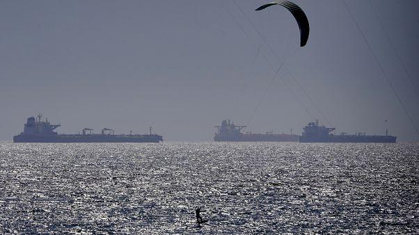 У берегов Калифорнии скопились десятки танкеров