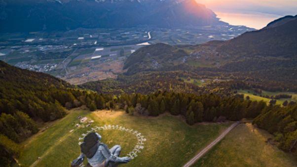 شاهد: قطعة فنية عملاقة عن فيروس كورونا في جبال الألب السويسرية