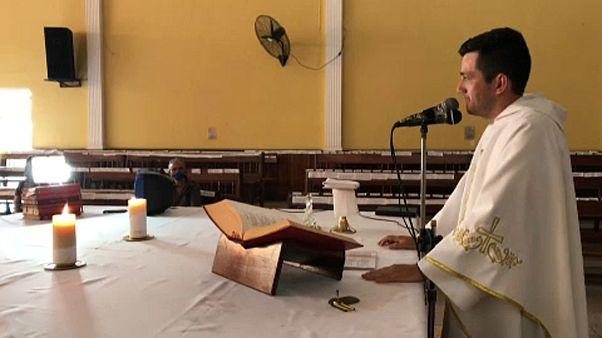 Un párroco llena la iglesia con los nombres escritos de los fieles