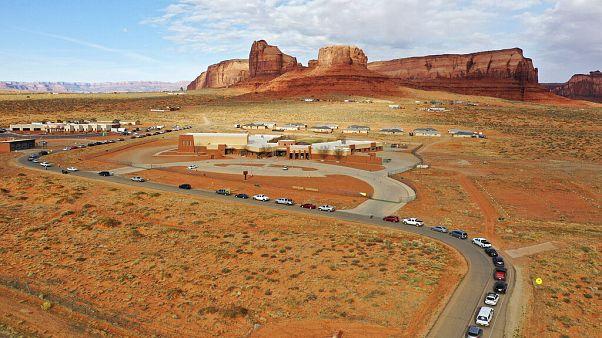 Indios navajos se alinean en sus vehículos para acceder al Centro de Salud Oljato cerca de Monument Valley, Arizona, Utah, el 17 de abril de 2020.