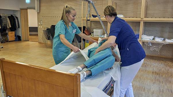 İskandinav Havayolları uçuş görevlileri, koronavirüs salgınıyla mücadele için bakım evlerine ve hastanelere yardıma gönderildi. Görevliler, Stockholm'de temel eğitim aldı