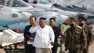 Kim Dzsongun szemlét tart. A közzétevő észak-koreai KCNA szerint a fénykép április 12-én készült.