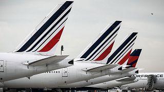 Des avions de la compagnie aérienne française Air France parqués sur le tarmac de l'aéroport de Roissy CDG, dans le nord de Paris, le 11 avril 2020.