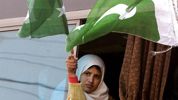 داعية باكستاني يتهم النساء بالتسبب بفيروس كورونا