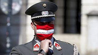 جندي نمساوي يرتدي قناعا واقيا بألوان العلم الوطني النمساوي