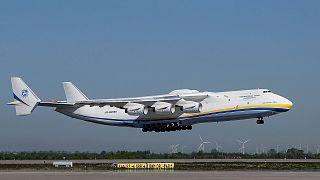 L'Antonov AN-225 se posant sur les pistes de l'Aéroport de Leipzig/Halle, le 27 avril 2020.