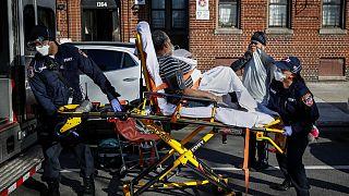 استطلاع: نحو نصف سكان نيويورك كانوا على معرفة بشخص واحد على الأقل توفي بكورونا