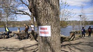 لافتة تدعو الناس في العاصمة ستوكهولم إلى تجنب الازدحام - 2020/04/26