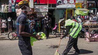 كنس الشوارع عقوبة من لا يرتدي كمامة في دولة إفريقية