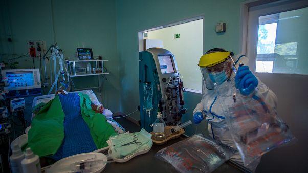 A koronavírussal fertőzött betegek fogadására kialakított intenzív osztály a Szent László Kórházban