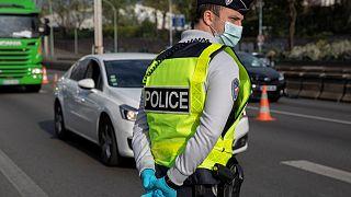 شرطي يراقب حركة السير في باريس - 2020/04/11