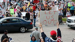 """ABD'nin Kuzey Carolina eyaletinde bir gösterici koronavirüs tedbirlerini elindeki """"Bizi dışarı bırakın"""" pankartıyla protesto ediyor"""