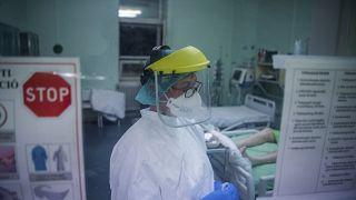 Egészségügyi dolgozó védőfelszerelésben