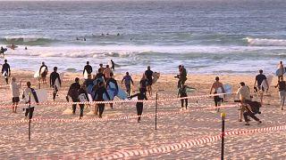 """شاهد: أستراليا تعيد فتح شاطئ """"بوندي بيتش"""" الشهير"""