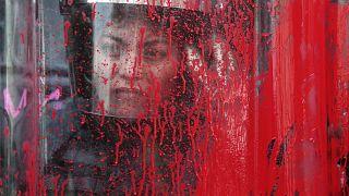 Meksika'da Kadınlar Günü etkinlikleri sırasında kalkanına kırmızı boya atılan kadın polis, 8 Mart 2020