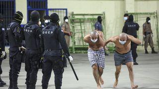 Policías y reclusos con mascarillas en la prisión de Izalco
