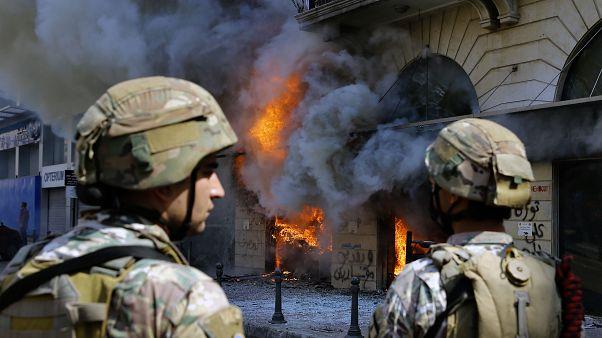 Lübnan'ın Trablusşam kentinde bazı bankalar ateşe verilmesinin ardından asker, göstericilere müdahale etti