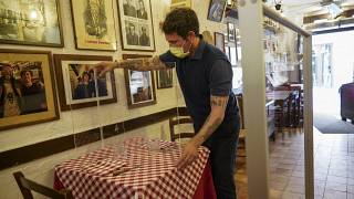 В римском кафе пробуют огораживать столики с помощью барьера из плексигласа.