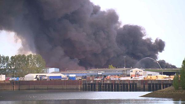 Großbrand in Bremen: Schwarze Rauchschwaden über der Stadt