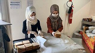 Беженцы-волонтеры помогают заболевшим коронавирусом