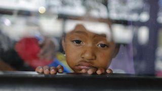 ABD yaptırımlarına hedef olan Venezuela'nın başkenti Karakas'ta otobüsten dışarı bakan bir kız çocuğu