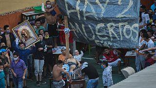 Peru'nun Lima kentindeki bir hapishanede isyan çıkaran mahkumlar Covid-19'dan hayatını kaybetmiş bir arkadaşlarının etrafında toplandı