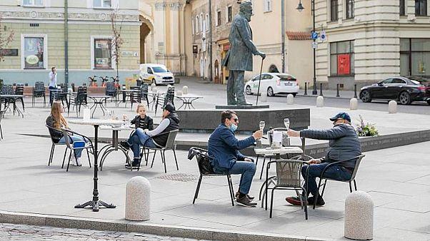 Covid-19 önlemleri kalktı, Vilnius meydanları 'açık hava kafelerine' dönüştü