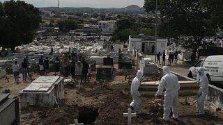طواقم متخصصة في مقبرة ريو دي جانيرو بالبرازيل تقوم بدفن المتوفين جراء الإصابة بكوفيد-19