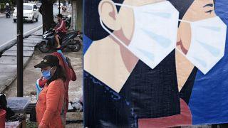 معلقات اشهارية في العاصمة الإندونيسية جاكرتا تذكر بضوررة وضع القناع خارج البيوت - 2020/04/27