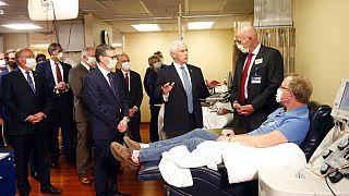 Mike Pence und Dr.Micheal Joiner sprechen mit Patienten, die das Coronavirus überstanden haben.