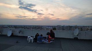 Θεσσαλονίκη: «Έξοδος» στις ταράτσες με μουσική, παντομίμα και πινγκ πονγκ
