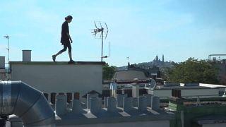 شاهد: فرنسي يتغلب على قوانين الحجر بالقفز عبر أسطح المنازل