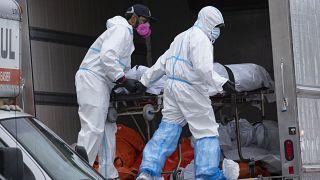 New York'ta kamyonlarda bulunan 60 ceset dondurucu özelliği olan başka araçlara taşındı