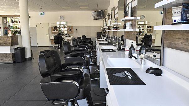 El dilema de las peluquerías italianas ante la prohibición de abrir hasta junio
