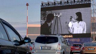 """Vilnius, drive-in all'aeroporto. """"Al cinema nonostante il blocco"""""""