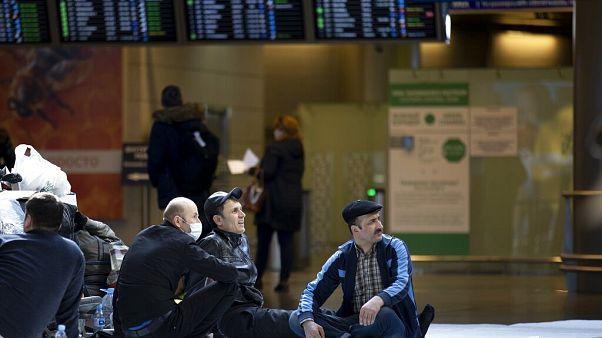 Rusya'dan Tacikistan'a dönmeyi bekleyen bir grup / Arşiv
