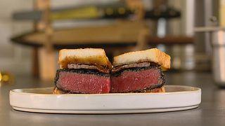 Sığır etinden yapılan 'Wagyu Sando' sandviçinin tarifi
