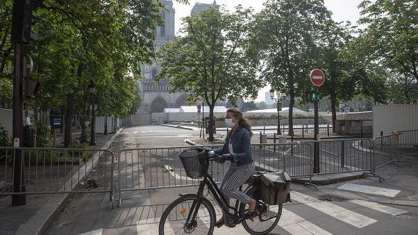 Una mujer en bicicleta por las calles de París